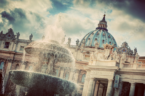 fontanna-i-kopula-bazyliki-swietego-piotra-w-watykanie