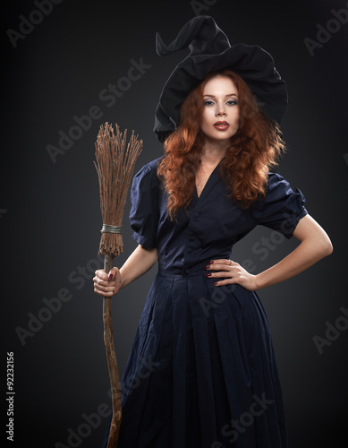 Fotografía  beautiful red-haired girl in a  costume witch