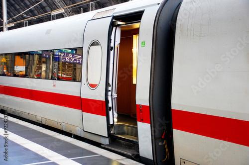 Plakat  Zug im Bahnhof mit offener Tür