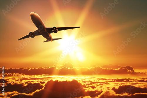 Fototapeta premium Samolot startuje o wschodzie słońca