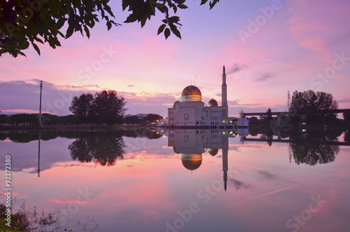 Foto op Plexiglas Bedehuis mirror reflection of majestic mosque during sunset