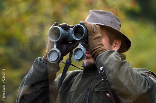 Ingelijste posters Jacht hunter looking through binoculars