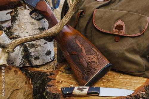 Foto op Canvas Jacht Knife and rifle on the wood