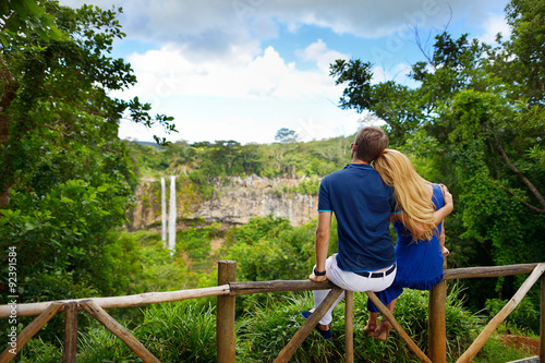 Fotografia  Młoda para korzystających widok na Chamarel Falls Mauritius