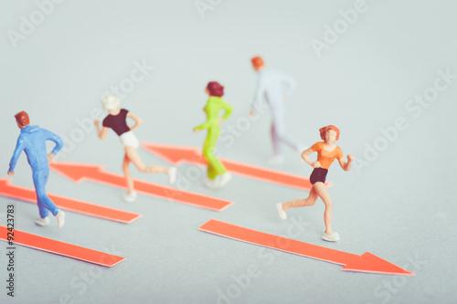 他の人と反対に走る人 Wallpaper Mural