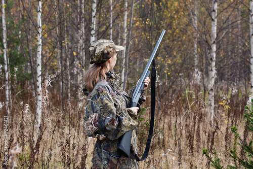 Foto op Aluminium Jacht Woman hunter in the forest