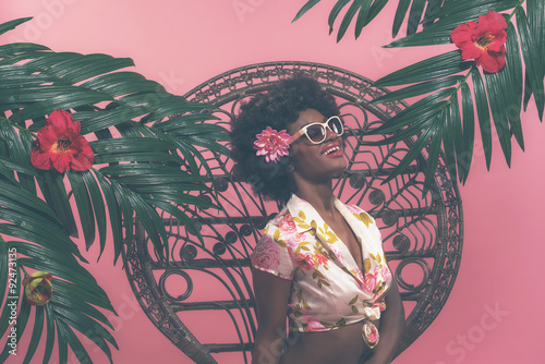 Foto op Plexiglas Afro American Pin-up with Sunglasses Sitting on Chair Between Pa