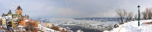 Fototapeta premium Panoramę miasta Quebec z Chateau Frontenac oglądane ze wzgórza w okresie zimowym
