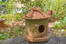庭に置かれた鳥の巣箱