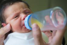 Bebé Recién Nacido En Etapa De Lactancia Toma Primer Biberón De Leche De Apoyo Ofrecido Por La Madre