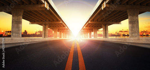In de dag Bruggen sun rising behind perspective on bridge ram construction and asp