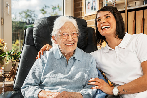 Láminas  Nurse caring for elderly person