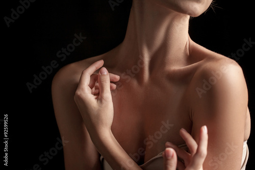 Fotografía  The close-up of a young woman's neck
