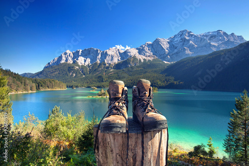 Photo sur Toile Cappuccino Wanderschuhe am Eibsee