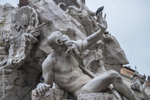 Fotografía  Statua romana con piccione