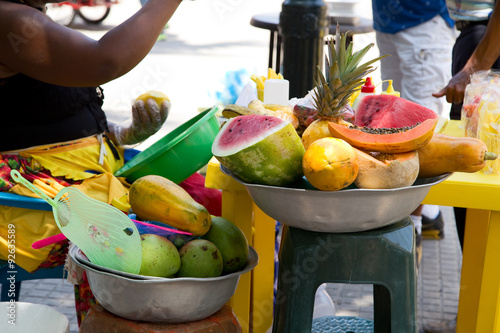 Fotografía  fresh fruit at a traditional cartagena street vendors store