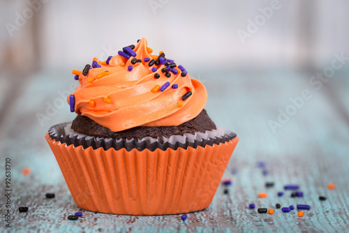 Photo  Halloween cupcake with sprinkles on vintage wooden background