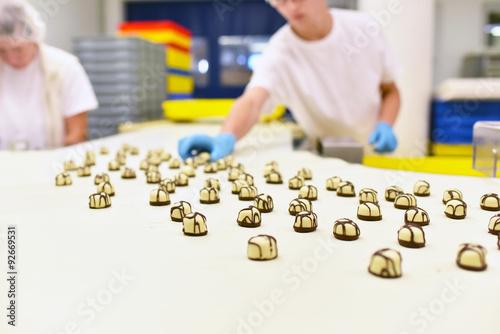 Plakat Industriefabrik Lebensmittelherstellung: przenośnik taśmowy z czekoladą // przemysł spożywczy - przenośnik z czekoladkami