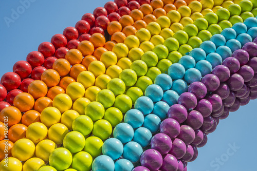 Fotografía  Detail of a rainbow made of balls, showing gay colors