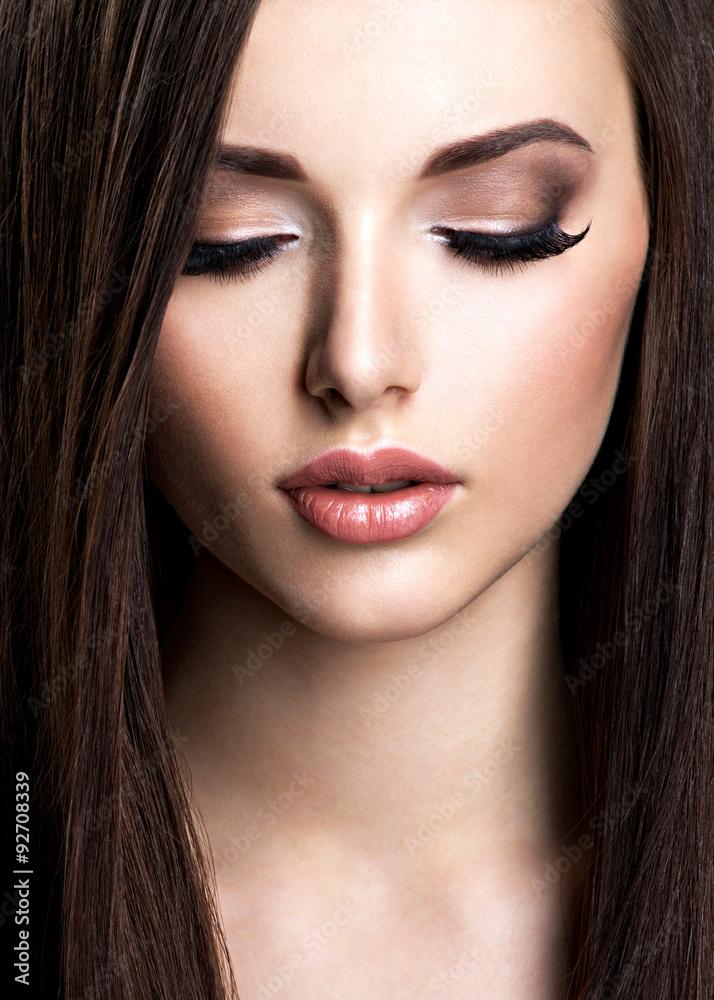 Fotografie, Obraz  Tvář krásná mladá žena s hnědým make-up a rovný