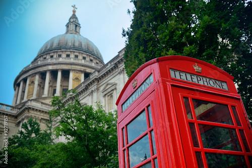 czerwona-budka-telefoniczna-i-katedra-sw-pawla-perspektywa-z-dolu