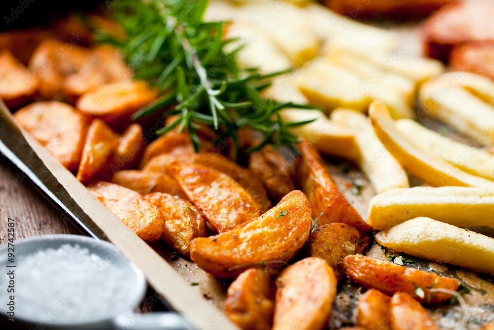 Fototapety, obrazy: Kartoffel ecken mit Thymian und rosmarin