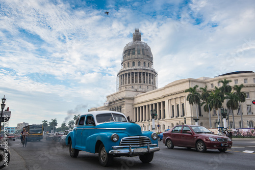 fototapeta na ścianę Classic american car and Capitolio landmark in Havana,Cuba