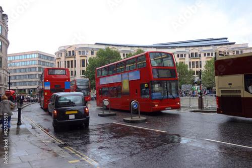 Poster Londres bus rouge Regnerische Straßen von London, Großbritannien mit typischen roten Bussen und schwarzen Taxis