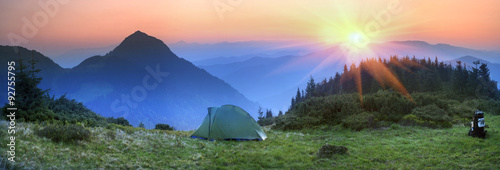 Photo sur Aluminium Camping Tent in the mountains