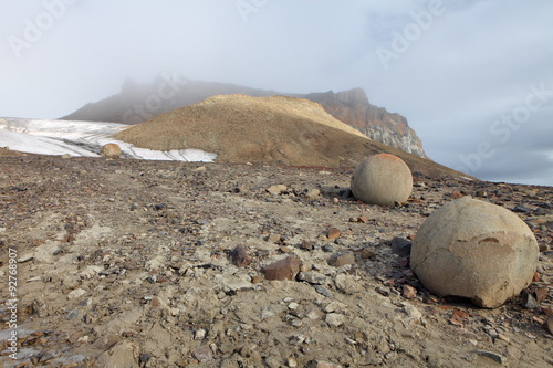 Papiers peints Arctique Mysterious spherolith stones of Champ Island, Franz Jozef Land