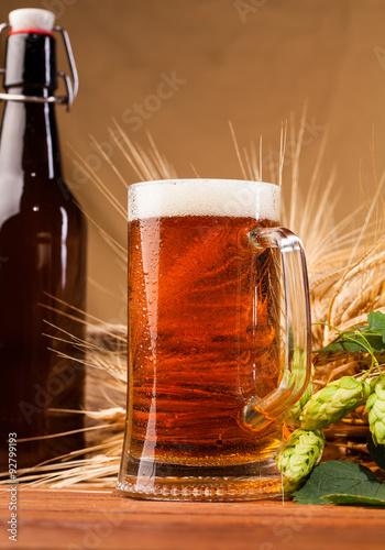 kieliszek-lekkiego-piwa-i-klosy-jeczmienia