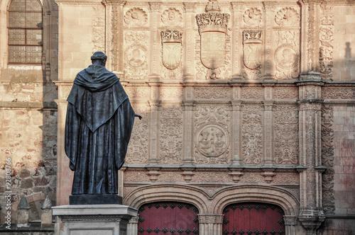 Fray Luis de León frente a la fachada de la Universidad de Salamanca, plateresco, España