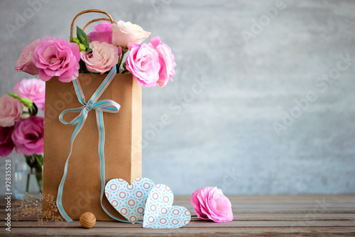 Keuken foto achterwand Retro Love background with pink roses flowers, bow and paper