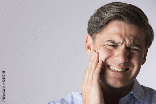 Fotografia  Studio Portrait Of Man Suffering With Toothache
