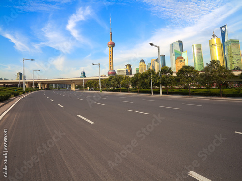 Photo  Empty road with Shanghai Lujiazui city buildings