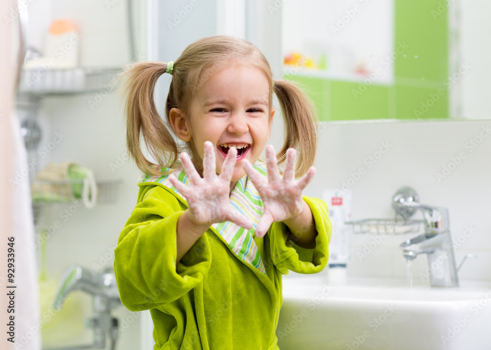Fototapeta child washing hands