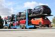 Autotransporter auf einem Autobahnrastplatz