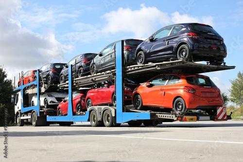 Fototapeta Autotransporter auf einem Autobahnrastplatz obraz