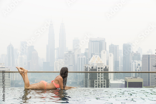 Photo  Beautiful woman in swimming pool watching the city