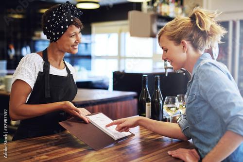 Pinturas sobre lienzo  Female customer choosing wine in a bar