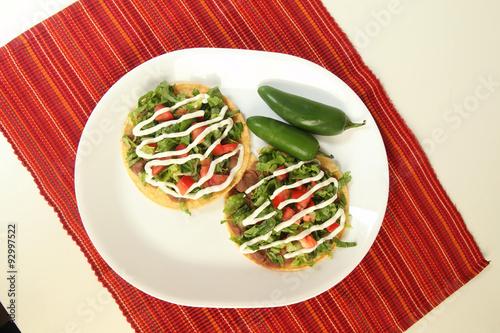 Fotografie, Obraz  Tostadas Mexicanas con chile jalapeño, tomate, ajo y crema.