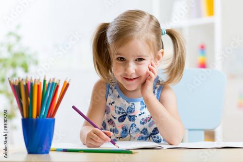 Fotografía  Cute little preschooler child drawing at home