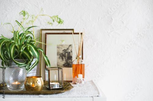 Fotografie, Obraz  Vintage domova: svíčky, aroma difuzor, budovy a rámy