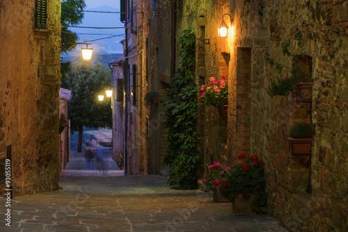 ulice-pieknego-sredniowiecznego-miasteczka-castelmuzio-wlochy