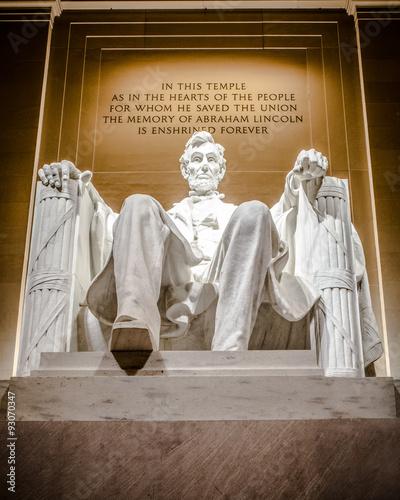 Fotografia  Lincoln Memorial statue of Abraham Lincoln seen at night