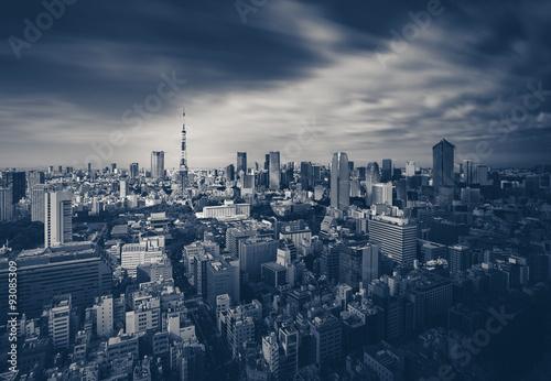 Plakat Tokio miasta widok i Tokio wierza w ciemnym brzmieniu