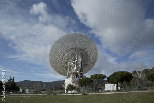 Fotografía  antenas 03 / plano general de antena, telecomunicaciones espaciales y radioteles