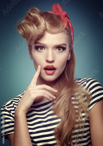 Photo  Beauty smiling pin-up girl on blue background