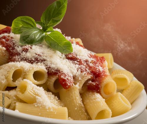 danie-z-makaronem-i-sosem-pomidorowym