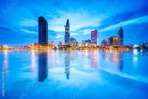 Fotografía  Reflexión de la opinión de la noche del centro de negocios y administrativo de la ciudad de Ho Chi Minh en Saigón orilla del río, Vietnam
